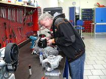 Chris beim zusammenbau eines Motors