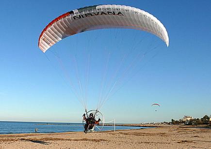 Motorschirm fliegen am Strand von Spanien